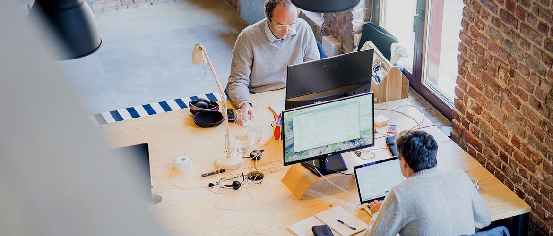 Trabajadores utlizando el Software de Unifikas en sus equipos